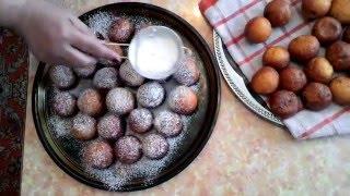 Процесс приготовления пончиков из творога.