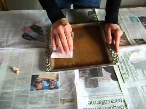 Como reciclar una bandeja en desuso en un lindo marco para for Ideas para hacer espejos decorativos
