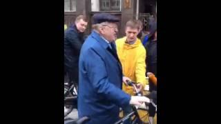 Жириновский едет на работу на велосипеде в поддержку акции
