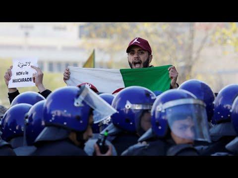 -لا لعهدة خامسة- للرئيس بوتفليقة.. شعار رفعه آلاف المتظاهرين في الجزائر  - نشر قبل 20 ساعة