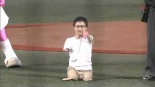 乙武洋匡さんが2011/05/06にKスタ宮城で行った始球式のシーン。五体不満...