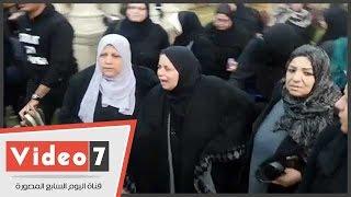 انهيار والدة الشهيد الملازم أول أحمد عز عقب صلاة الجنازة