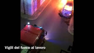 Auto in fiamme: l'intervento dei pompieri