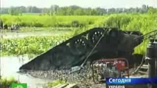 Достали танк из болота в Украине(В Черкасской области, Украины из болота подняли Танк Т-34 времён Великой Отечественной войны, приблизительн..., 2011-02-08T06:43:21.000Z)