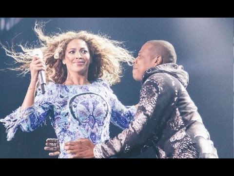 Jay-Z Surprises Beyonce On Stage with a Kiss!