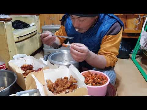 산골의 저녁밥상 맛있는 치킨을 아들이 주문함 식구들 도란 삶의 이야기