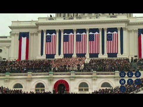 Хор в сопровождении оркестра корпуса морской пехоты США исполняет Гимн. Инаугурация 20 / 01 / 2017