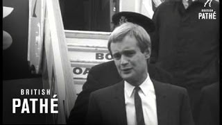 David Mccallum Arrives At London Airport (1966)