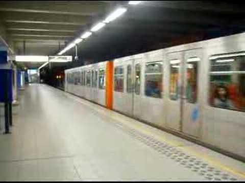 Metro vertrekt uit station Heizel, Brussel