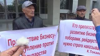 В Уральске пенсионеры вышли на пикет в поддержку своих детей подсудимых