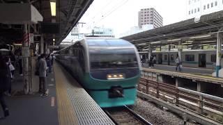 藤沢駅を通過する引退が近い東海道本線下り特急ビュー踊り子251系