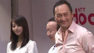 俳優の渡辺謙さんと女優の堀北真希さんが9月20日、ドコモショップ丸の内...