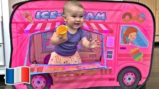 Vania jouent avec un camion de livraison de crème glacée