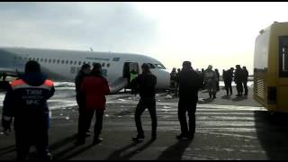 Самолет авиакомпании Bek Air сел без передней стойки шасси.(27 марта самолет авиакомпании Bek Air, летевший из Кызылорды, совершил аварийную посадку в аэропорту Астаны...., 2016-03-27T10:56:25.000Z)