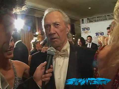 The late David Carradine being interviewed by Gary Garver at the 2009 Night of 100 Stars