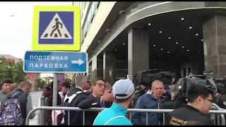Люди встречают Криштиана Роналдо в Казани