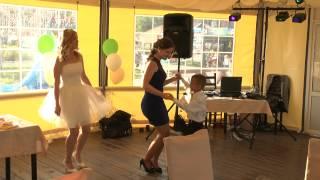 снимаю свадьбу на видео- девушка хорошо танцует(, 2015-07-16T18:10:21.000Z)
