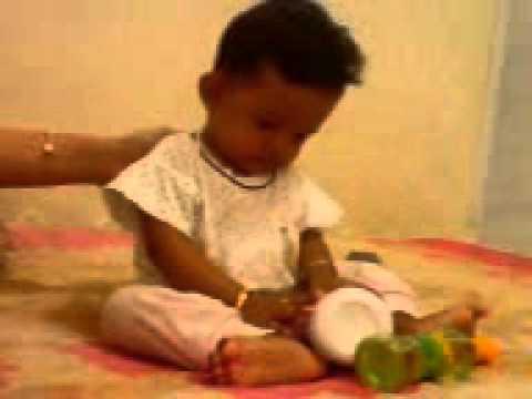 bayi lucu baru 6 bulan sedang duduk