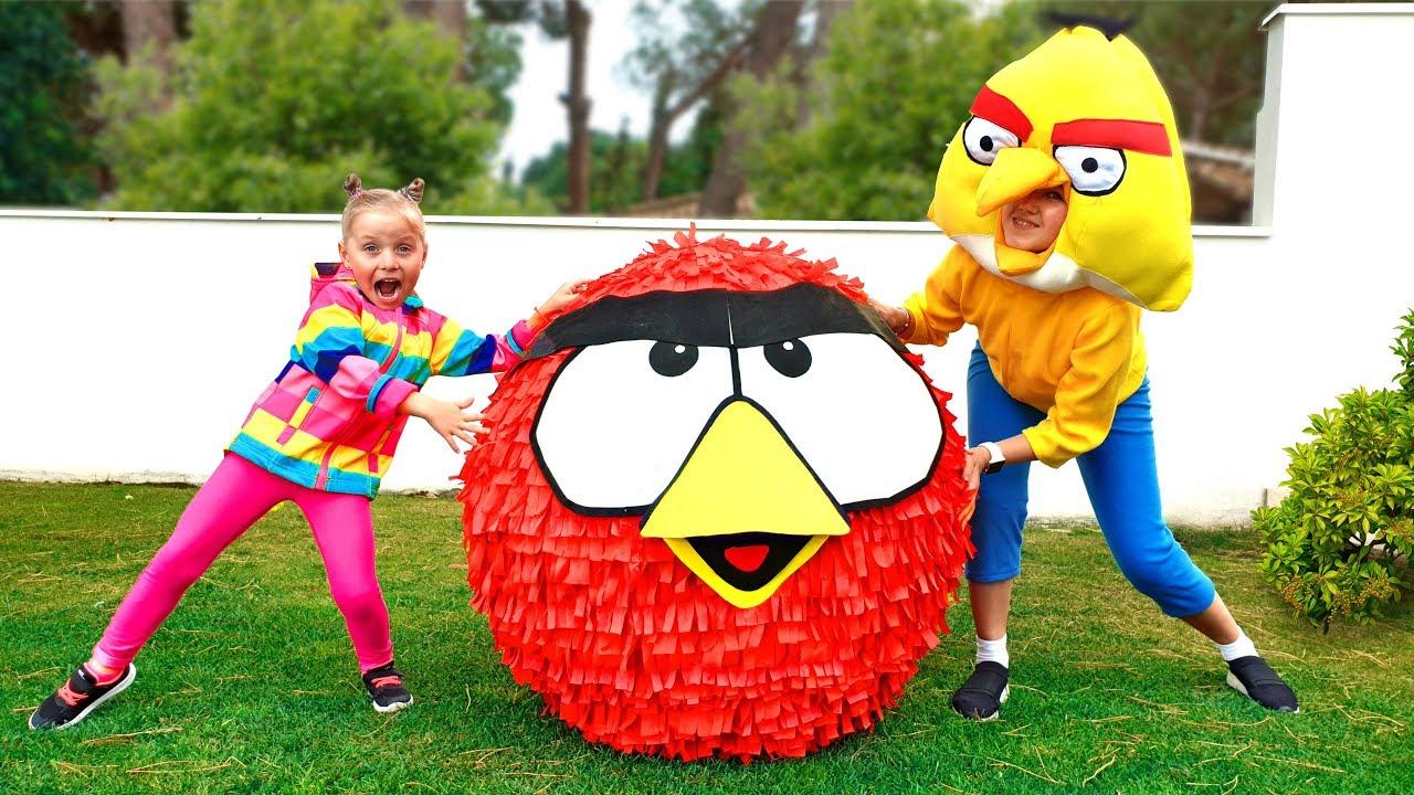 Алиса открывает огромное яйцо с игрушками Angry Birds