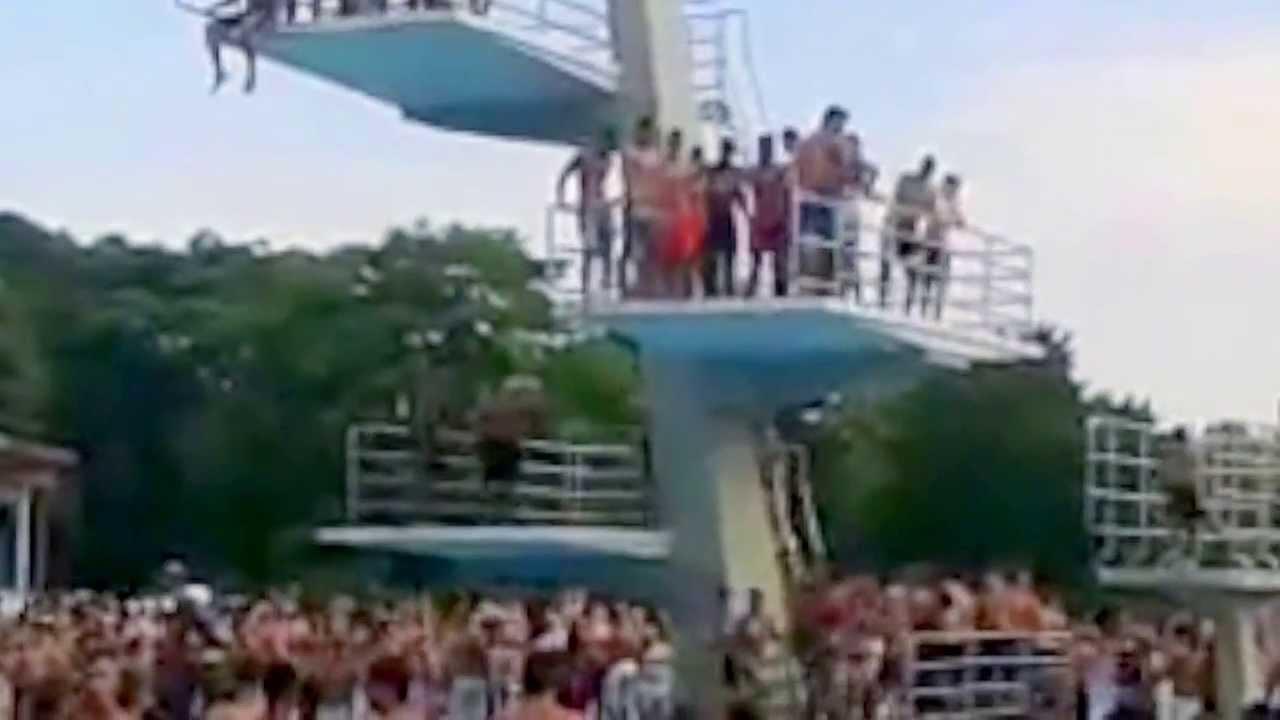 Freibad Pankow: Badegste drngeln sich auf Sprungturm ...