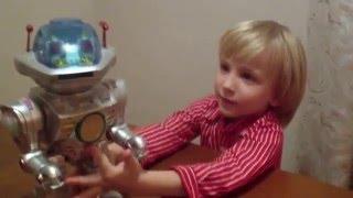 Робот! Разговаривает, ходит, танцует, управляется голосом, стреляет!(Нравятся роботы? Нам тоже! Смотри, какой он интересный! ▻Мой канал