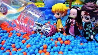 きめつのやいば炭治郎,善逸,伊之助がビーズプールのすべり台で遊ぶよ!禰豆子をビーズボトルで探すよ!