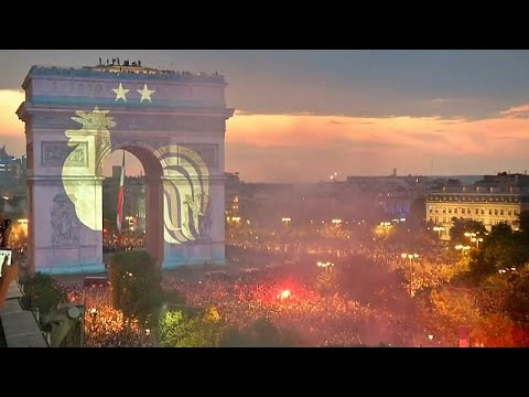 شاهد: الفرح يشعل ساحات باريس بعد فوز فرنسا بكأس العالم