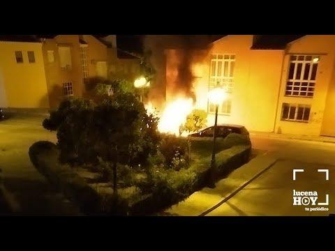 VÍDEO: Un incendio calcina un vehículo estacionado en la Plaza de las Tres Culturas