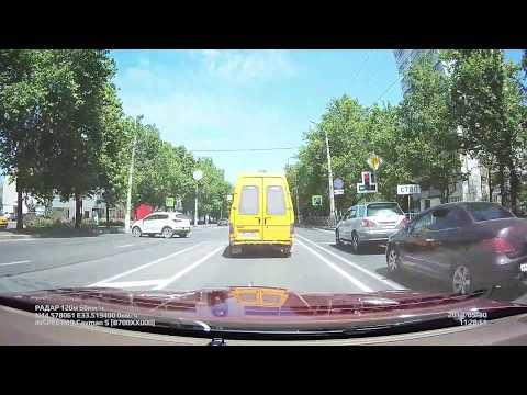 """Долгожданный светофор на перекрестке кинотеатра """"Москва""""."""