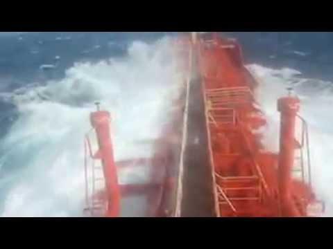 Yük gemisinin dev dalgalarla savaşı