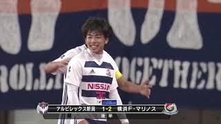 左サイドからゴール前に折り返されたボールを中町 公祐(横浜FM)が頭で...