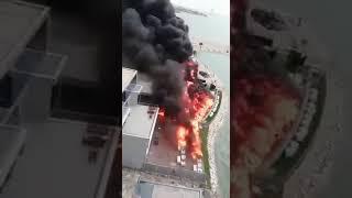 """شاهد: اندلاع حريق هائل في خيمة رمضانية بـ""""كورنيش الخبر"""""""