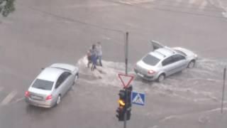 29 июня. г. Брянск ул. Красноармейская. Женщину с ребенком снесло потоком дождевой воды.
