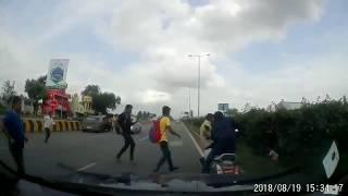 Малыш остался за рулем мотоцикла после падения отца
