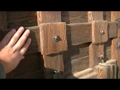 Входная, деревянная дверь под старину