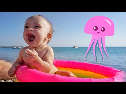 Первое КУПАНИЕ в море с МЕДУЗАМИ! Мы снова на пляже. Мийчонок как бэби бон