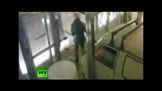 Злоумышленники въезжают в офис Microsoft в Греции(В руки греческой полиции попала запись камер видеонаблюдения, как группа людей въезжает на машине в офис..., 2012-07-06T07:32:59.000Z)