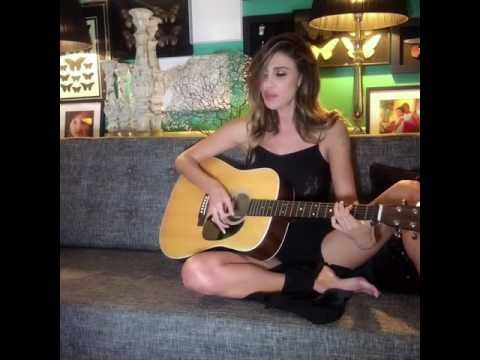 Belen Rodriguez super sexy: canta