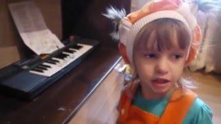 Полина учит детей на уроке музыки
