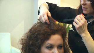 Jak elegancko i szybko upiąć włosy kręcone