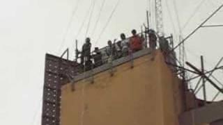 Julio Pingo saltando el servat