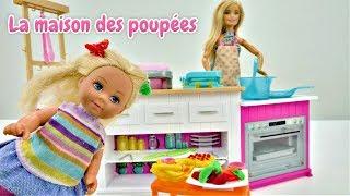 Barbie prépare un dîner à Evi. Jeux avec les poupées en français pour enfants