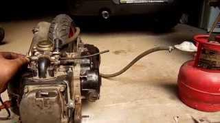 Скутер на газу (пропан-бутан)(Работа двигателя скутера на сжиженном газе (пропан-бутан). На видео его немного переливает, так как жиклер..., 2014-08-07T13:25:14.000Z)