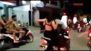 Download lagu Viral video wanita ini bangunkan sahur sambil melepas baju Warga sekitar Heboh MP3