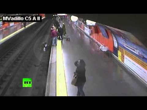 Испанский полицейский спас женщину из-под поезда