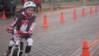 Соревнования по беговелу у Ульяны и Елисея