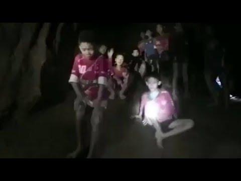 発見の瞬間、しかし救出は? タイ洞窟で行方不明の少年ら