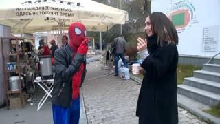Дэдпул и Человек-паук передразнивают девушку. показывая что курить не хорошо