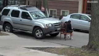 Der Falschparker blockiert die Feuerwehrzufahrt - der Anwohner hat genug, da tut er DAS...