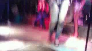 Chica se baja el pantalon en boulevard callao